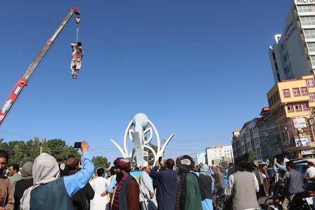 Taliban làm điều gây hãi hùng ở quảng trường thành phố Afghanistan - 1