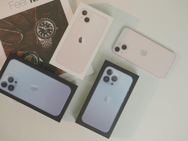 iPhone 13 series gồm 4 phiên bản là iPhone 13 mini, iPhone 13, iPhone 13 Pro và iPhone 13 Pro Max. Trong đó, iPhone 13 mini và iPhone 13 có camera sau kép, còn iPhone 13 Pro và iPhone 13 Pro Max có 3 camera sau.