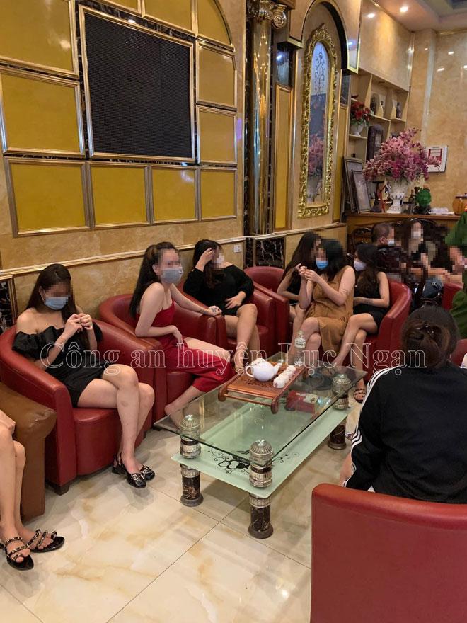 Bí mật trong quán karaoke đóng kín cửa, có nhiều cô gái giữa đêm - 1