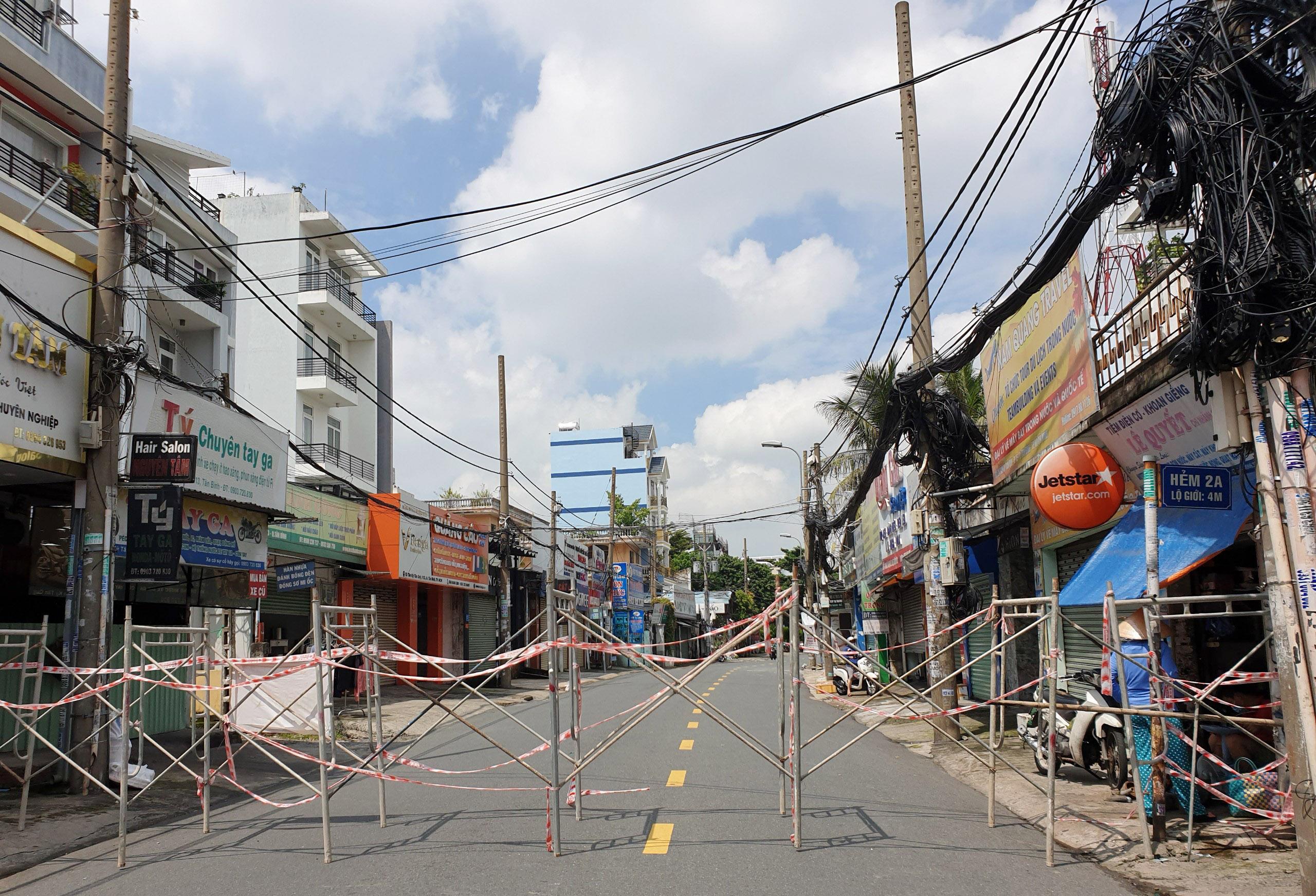 Cận cảnh những hàng rào chắn chống dịch ở TP.HCM sắp được gỡ bỏ - 10