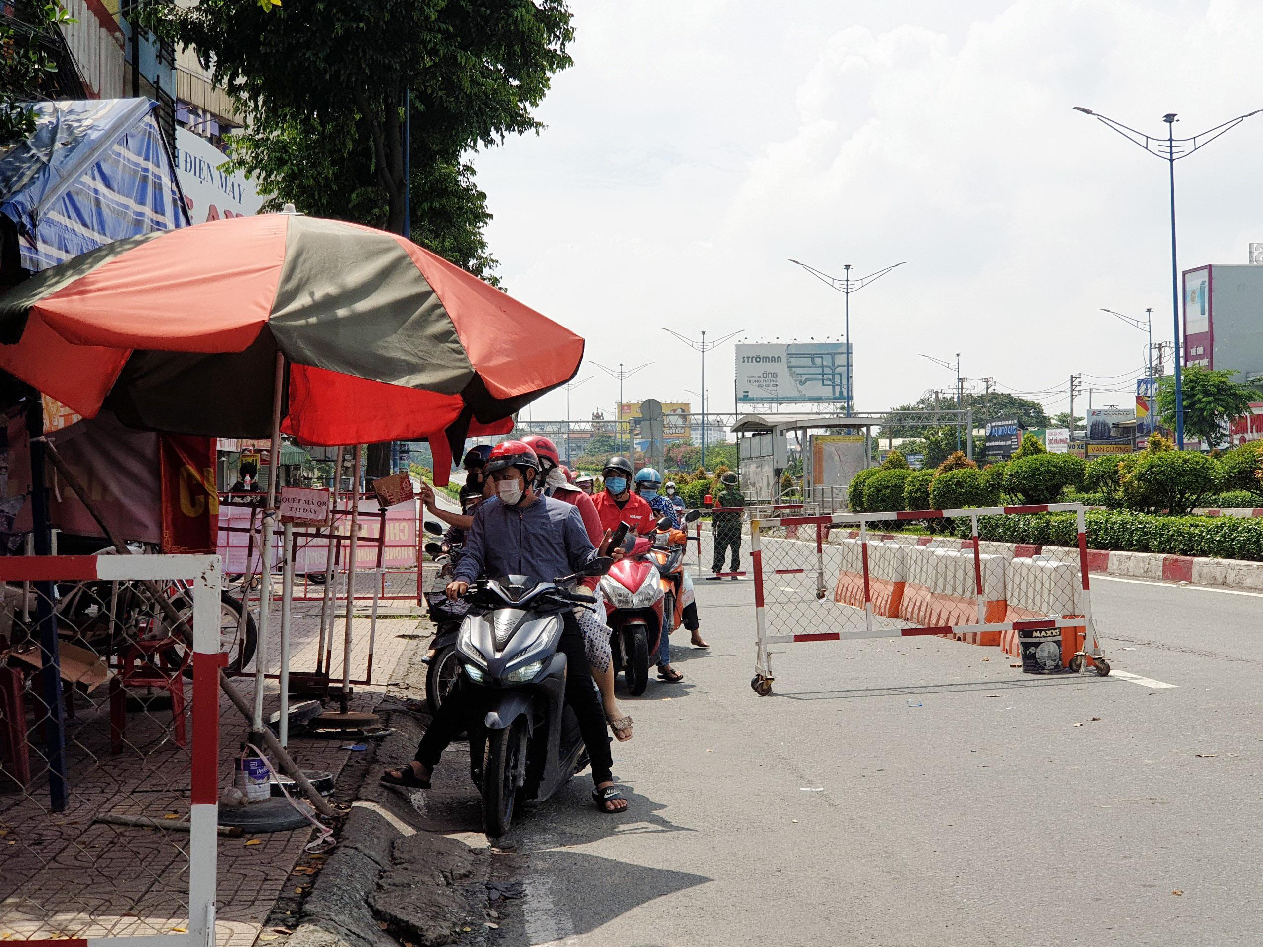 Cận cảnh những hàng rào chắn chống dịch ở TP.HCM sắp được gỡ bỏ - 5