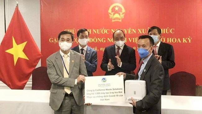 Mới đây, ông David Dương, doanh nhân gốc Việt, đang sống ở Mỹ đã trao tặng Chính phủ Việt Nam 250 máy tạo oxy trợ thở, giúp F0 điều trị tại nhà và trong bệnh viện dã chiến với tổng số tiền 750.000 USD.