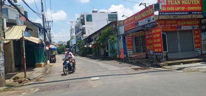 Nhiều tuyến đường và hẻm ở TP HCM vẫn cửa đóng then cài - 1