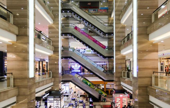 CLIP: Trung tâm thương mại mở cửa, người dân Hà Nội phấn khởi vào mua sắm - 1