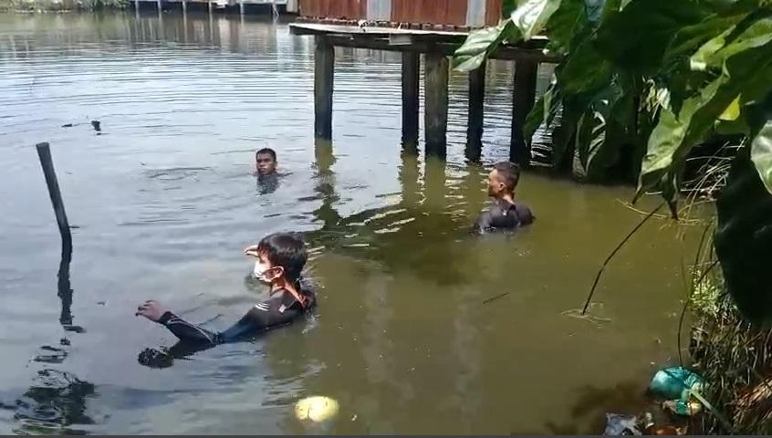 2 người nhảy ao bơi vào bờ rồi về nhà, cảnh sát mất nhiều giờ để tìm kiếm - 1