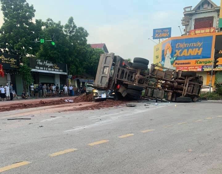 Clip: Khoảnh khắc xe tải đè bẹp xe con khiến 1 người tử vong, người thân gào khóc thảm thiết - 1