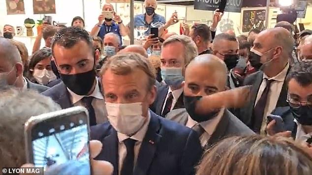 Video: Tổng thống Pháp Macron bị ném trứng trúng người - 1