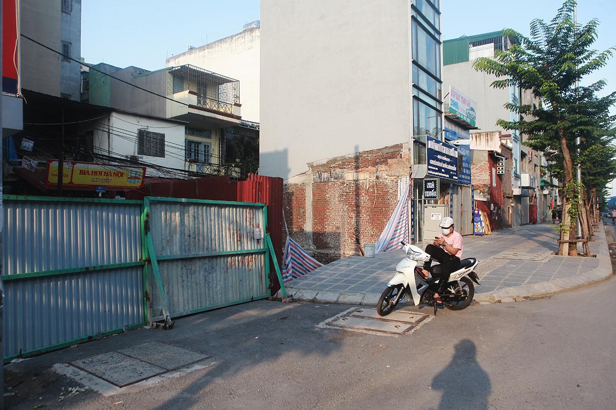 Ảnh: Nhiều rào chắn chưa được dỡ bỏ dù Hà Nội nới lỏng giãn cách - 10