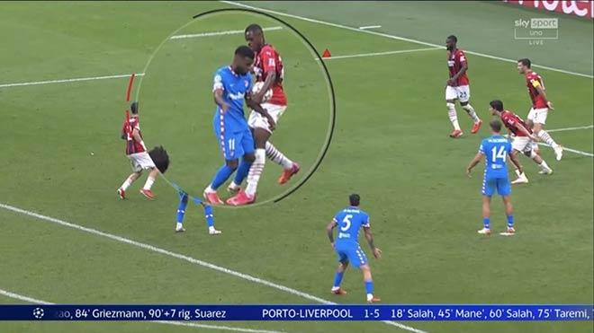 Khó tin cầu thủ Atletico để bóng chạm tay lại được hưởng 11m cho Suarez ghi bàn - 1