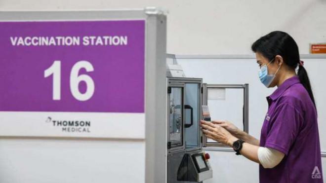 Singapore đã dùng máy chiết vaccine tự động, giảm tải cho nhân viên y tế - 4