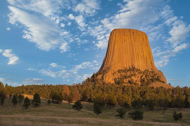 Devils Tower (Tháp Quỷ) là một khối đá có kích thước ngoạn mục, tọa lạc một mình ở phía tây vắc Wyoming, Mỹ.