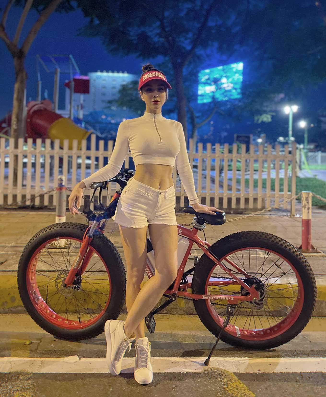 quan tap 3 1633317200 190 width1360height1656 Hoa hậu Kỳ Duyên diện quần bó đạp xe trông kỳ dị phía sau nhưng sự thật thì sao?