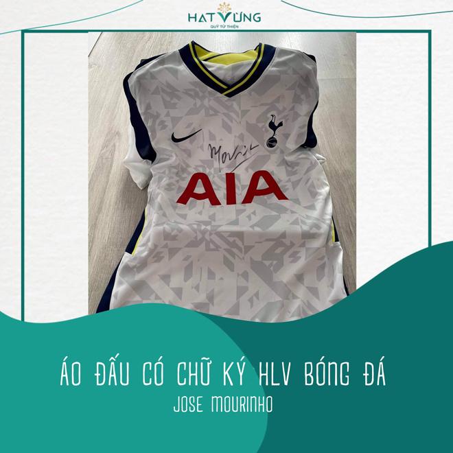 Chiếc áo có chữ ký HLV Jose Mourinho được đấu giá chuyển thành máy thở - 1