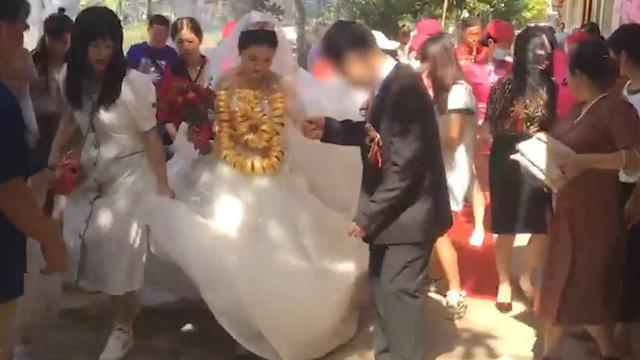 Clip: Cô dâu siêu hot, đeo 60 chiếc vòng vàng sáng chói - 1