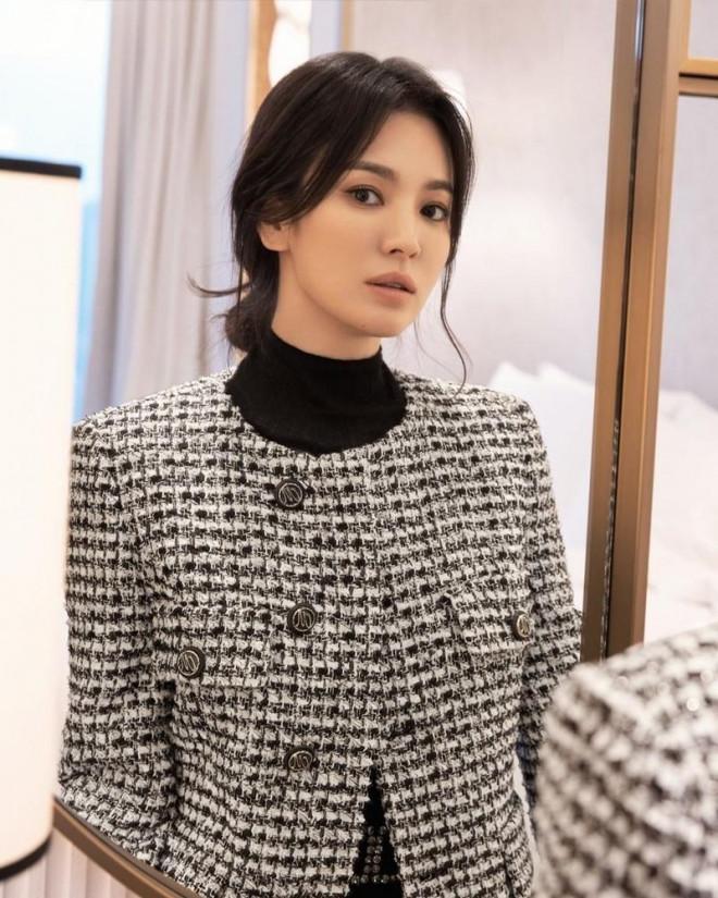 """Học ngay Song Hye Kyo cách mix đồ đơn sắc cho mùa Đông vừa """"hack dáng"""" vừa sang chảnh - 1"""