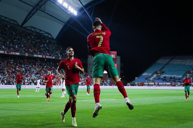 Ronaldo chói sáng, HLV Bồ Đào Nha chỉ trích Solskjaer vì xếp CR7 dự bị - 1