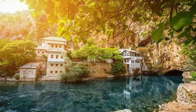 Blagaj ở Bosnia và Herzegovina là một thị trấn nhỏ với các thác nước xinh xắn, tu viện và những ngôi nhà màu trắng nổi bật rất ấn tượng.