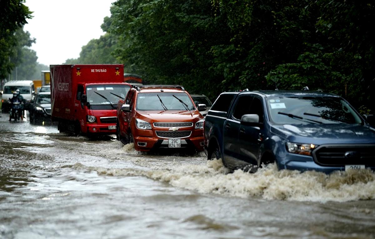 Đại lộ Thăng Long ngập kinh hoàng sau trận mưa lớn - 1