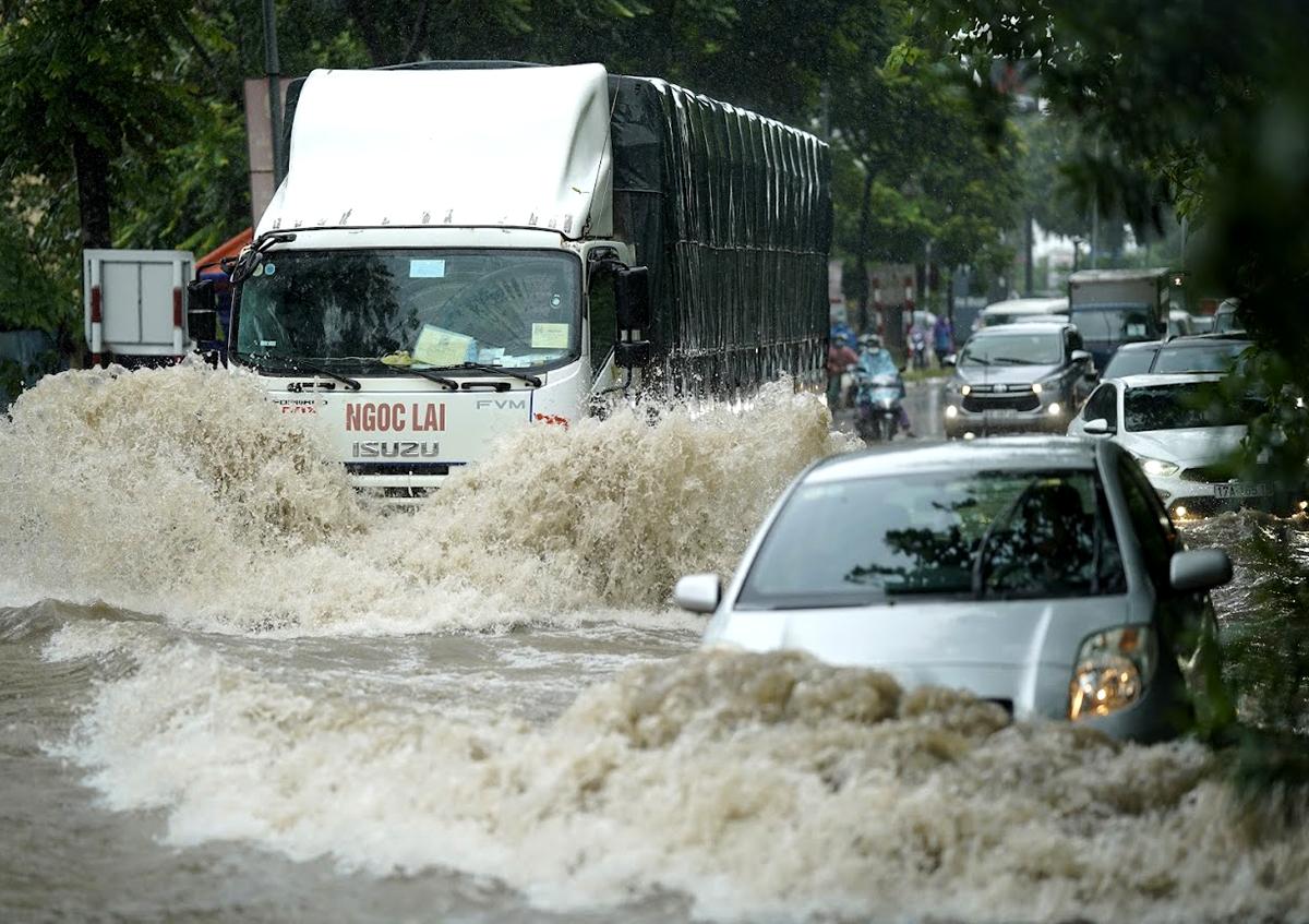 Đại lộ Thăng Long ngập kinh hoàng sau trận mưa lớn - 11