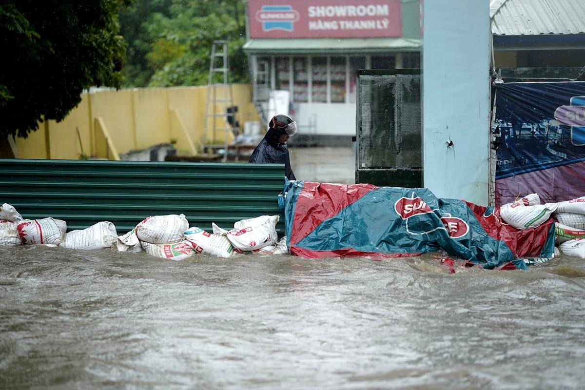 Đại lộ Thăng Long ngập kinh hoàng sau trận mưa lớn - 13