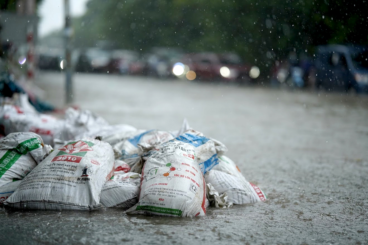 Đại lộ Thăng Long ngập kinh hoàng sau trận mưa lớn - 16