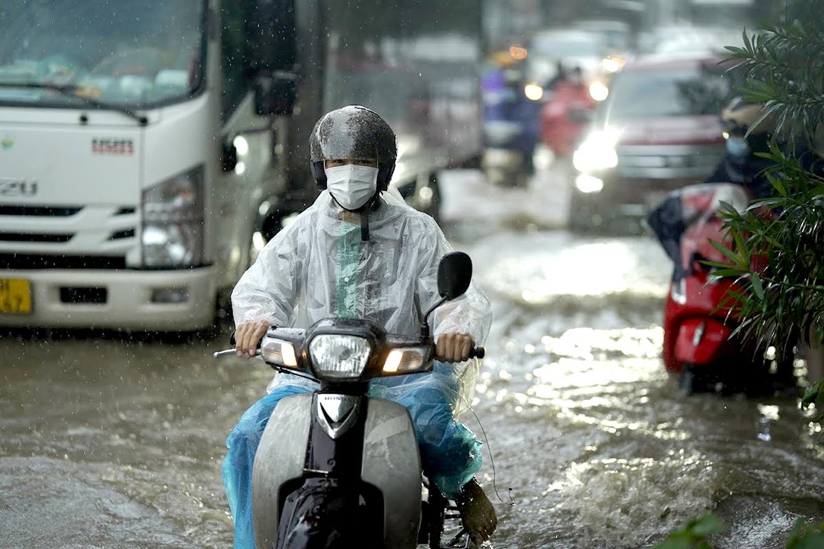 Đại lộ Thăng Long ngập kinh hoàng sau trận mưa lớn - 2