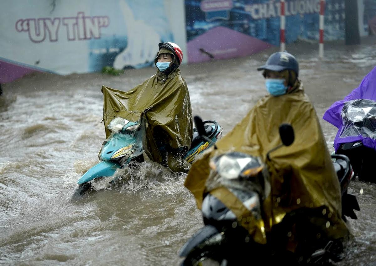 Đại lộ Thăng Long ngập kinh hoàng sau trận mưa lớn - 4