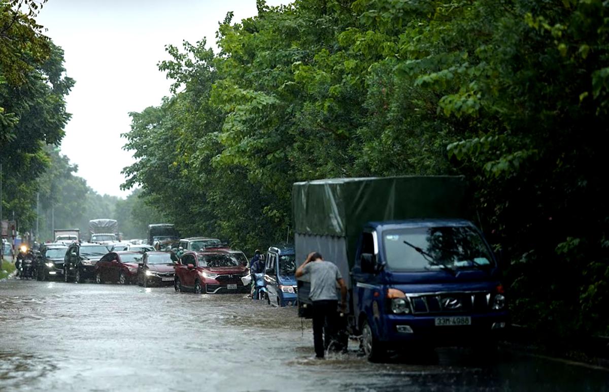Đại lộ Thăng Long ngập kinh hoàng sau trận mưa lớn - 9