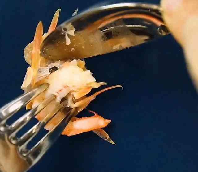 Cách bóc vỏ tôm chín không bị nóng và dây bẩn, còn được khen là khéo léo, duyên dáng khi đi ăn cỗ - 2