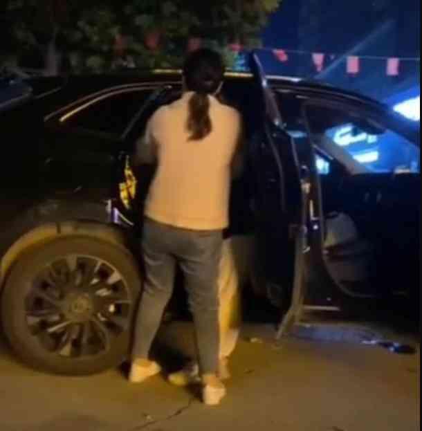 Bị vợ bắt quả tang ôm ấp tình nhân trong xe ô tô, gã chồng tệ bạc tuyên bố 1 điều khiến tất cả phẫn nộ - 1