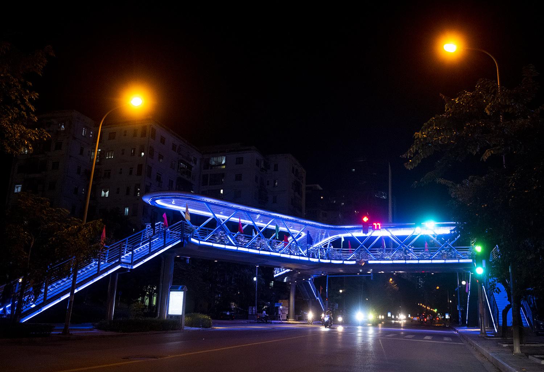 Ngắm vẻ đẹp lung linh rực rỡ sắc màu về đêm của cây vượt bộ hành đẹp nhất Hà Nội - 1