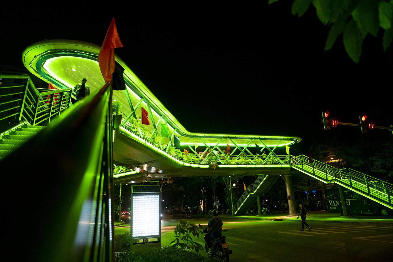Ngắm vẻ đẹp lung linh rực rỡ sắc màu về đêm của cây vượt bộ hành đẹp nhất Hà Nội - 5