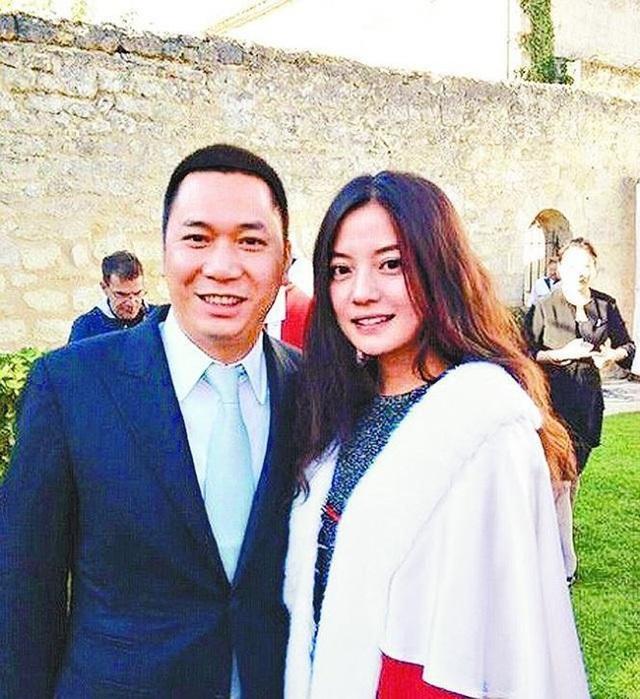 Sau khi bị phong sát, Triệu Vy cùng chồng phải hầu tòa - 1