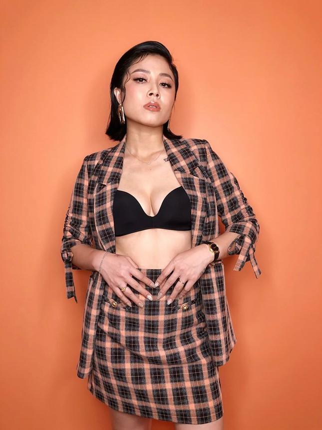 MC Hoàng Linh chuộng phong cách bốc lửa với áo ngực xuyên thấu cá tính - 3