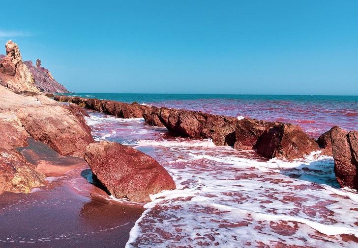 Hormuz: Hòn đảo có bãi biển màu ruby độc đáo - 1