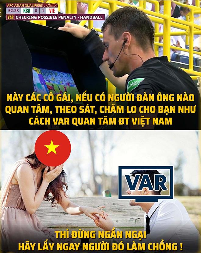 """Ảnh chế: ĐT Việt Nam """"ám ảnh"""" với VAR, bị bắt nạt khi ra biển lớn - 1"""