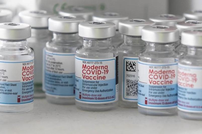 Moderna thúc đẩy tiêm vaccine Covid-19 mũi thứ 3, FDA Mỹ nói gì? - 1