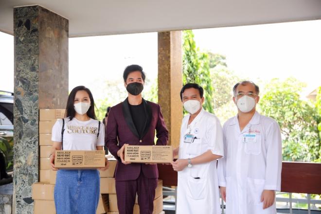 Ngọc Sơn cùng Hoàng Châu tặng 2000 chai nano bạc Itamer cho Bệnh viện Thống Nhất - 1