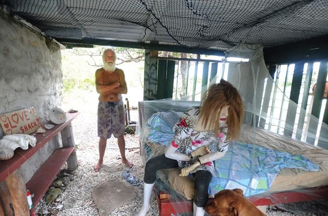 Từng có trong tay khối tài sản 'khủng' nhưng hiệnngười đàn ông này đang sống trong một túp lều tạm bợ trên hoang đảo giữa bốn bề cây xanh.