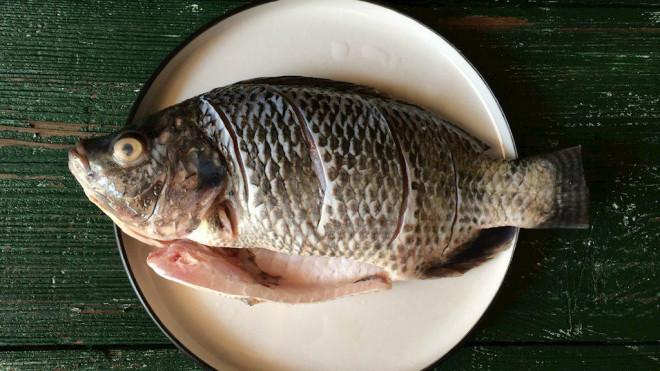 Không phải rửa muối hay rượu, cá ngâm vào thứ nước này nấu mềm ngon đậm đà, thịt thơm chắc, không nát, không tanh - 1