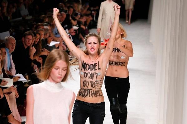 Biểu diễn thời trang bị người biểu tình quấy rối - tháng 8