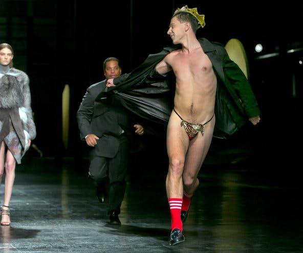 Biểu diễn thời trang bị người biểu tình quấy rối - tháng 9