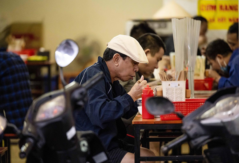 Quán phở, cà phê Hà Nội đắt khách ngày đầu được ăn tại chỗ, uống tại bàn - 14