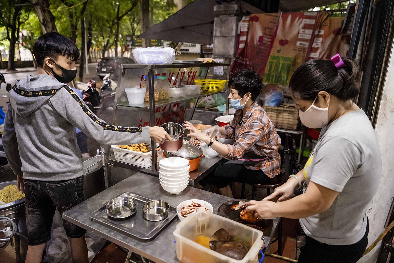 Quán phở, cà phê Hà Nội đắt khách ngày đầu được ăn tại chỗ, uống tại bàn - 1