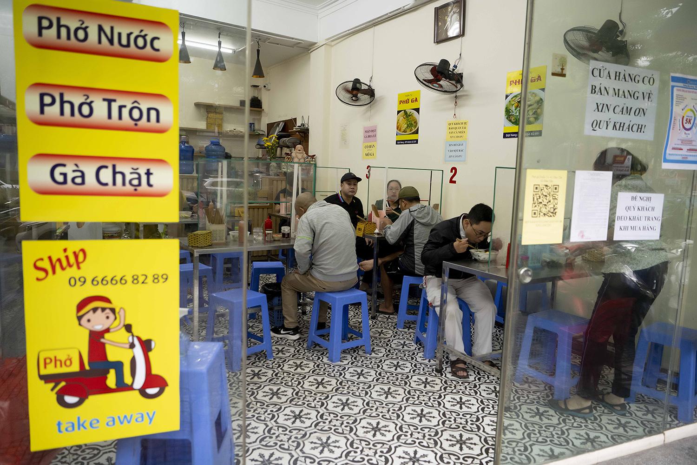 Quán phở, cà phê Hà Nội đắt khách ngày đầu được ăn tại chỗ, uống tại bàn - 2