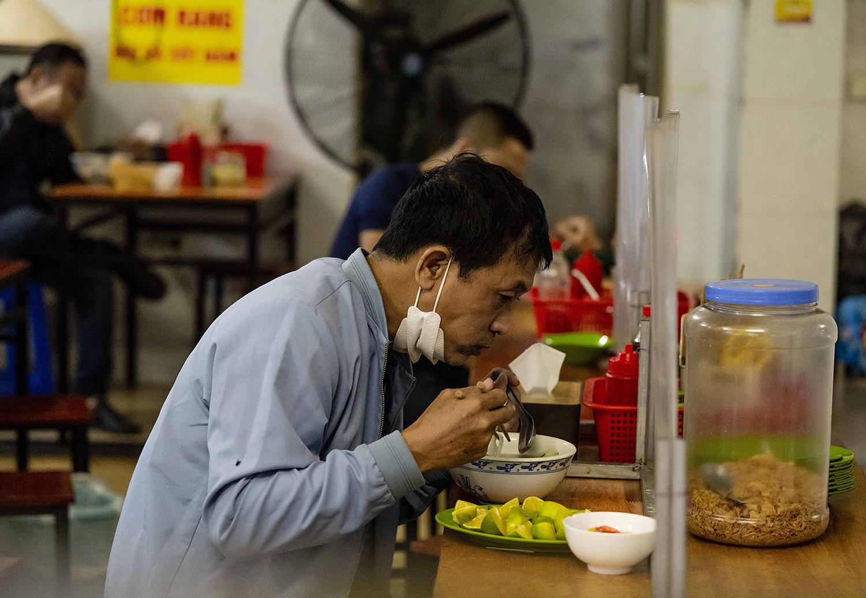 Quán phở, cà phê Hà Nội đắt khách ngày đầu được ăn tại chỗ, uống tại bàn - 5