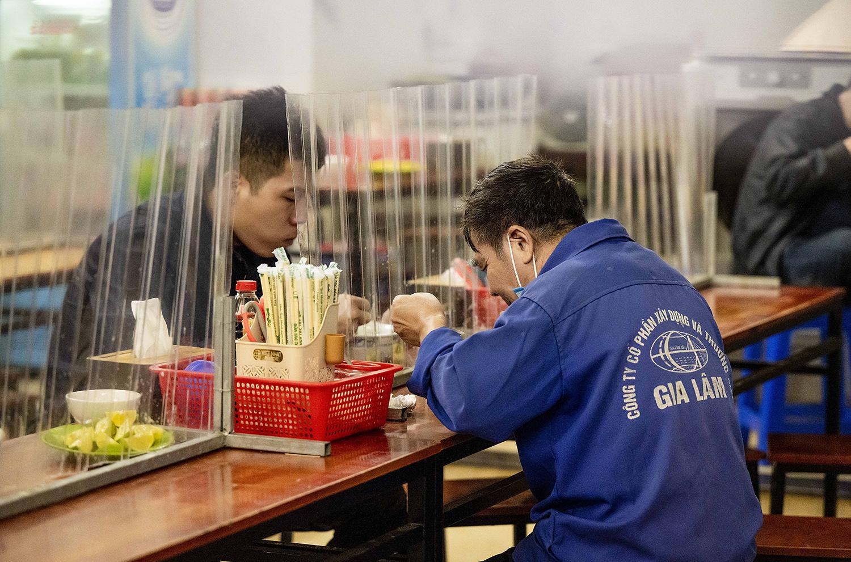 Quán phở, cà phê Hà Nội đắt khách ngày đầu được ăn tại chỗ, uống tại bàn - 8