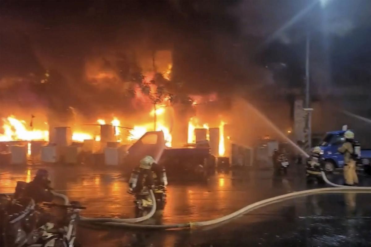 """Đài Loan: """"Tòa nhà ma"""" cháy dữ dội, ít nhất 46 người thiệt mạng - 1"""