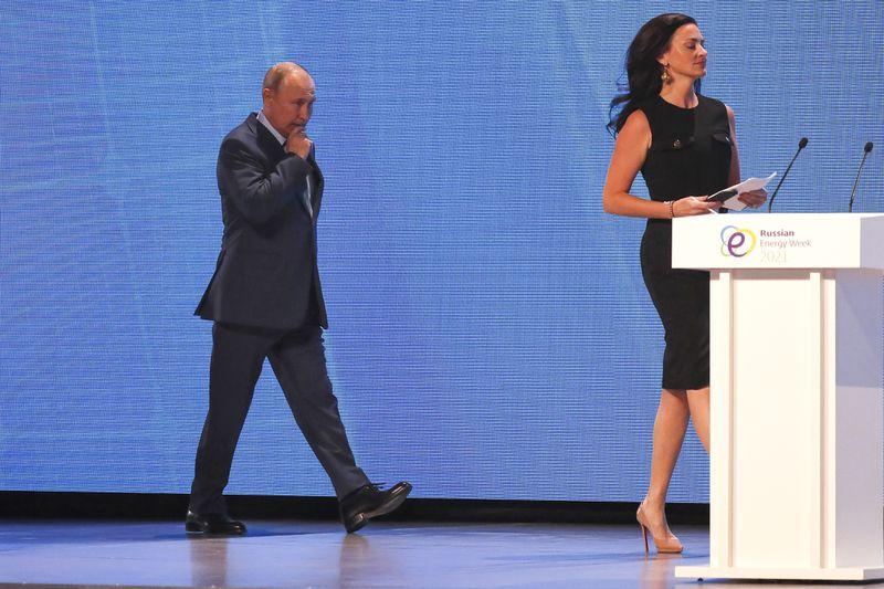 """Video: Nữ MC Mỹ xinh đẹp gây """"ức chế"""" cho ông Putin trên sóng truyền hình - 1"""